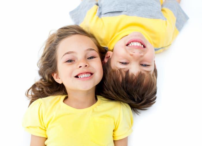 רופאי שיניים מומחים לילדים - ילדים מחייכים