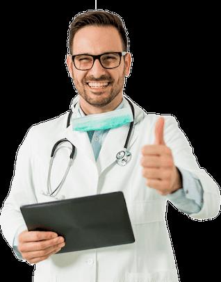 רופא שיניים מחייך אוחז טאבלט